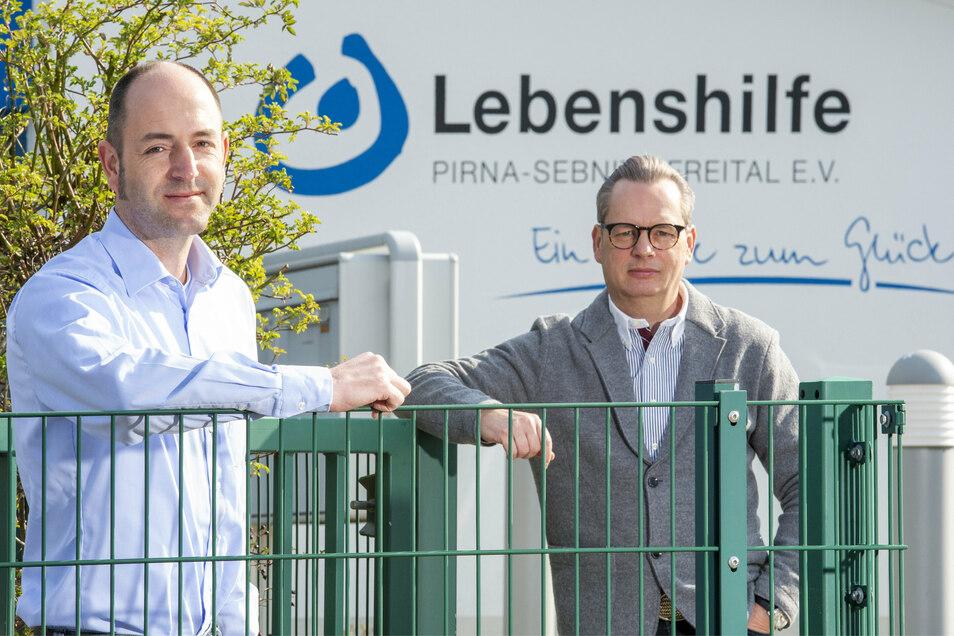 Burkart Preuss (l.) und Ralf Thiele vor dem Sitz der Lebenshilfe auf dem Sonnenstein in Pirna.