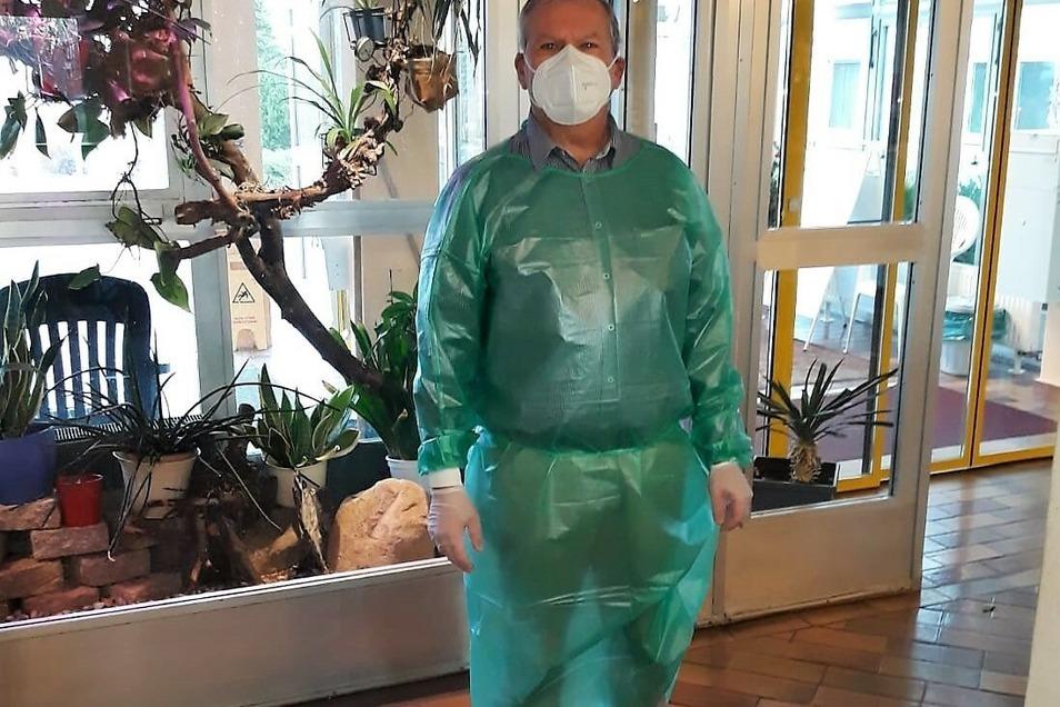 Radebergs Oberbürgermeister Gerhard Lemm half dem mobilen Impfteam am Sonntag bei der Impfung.