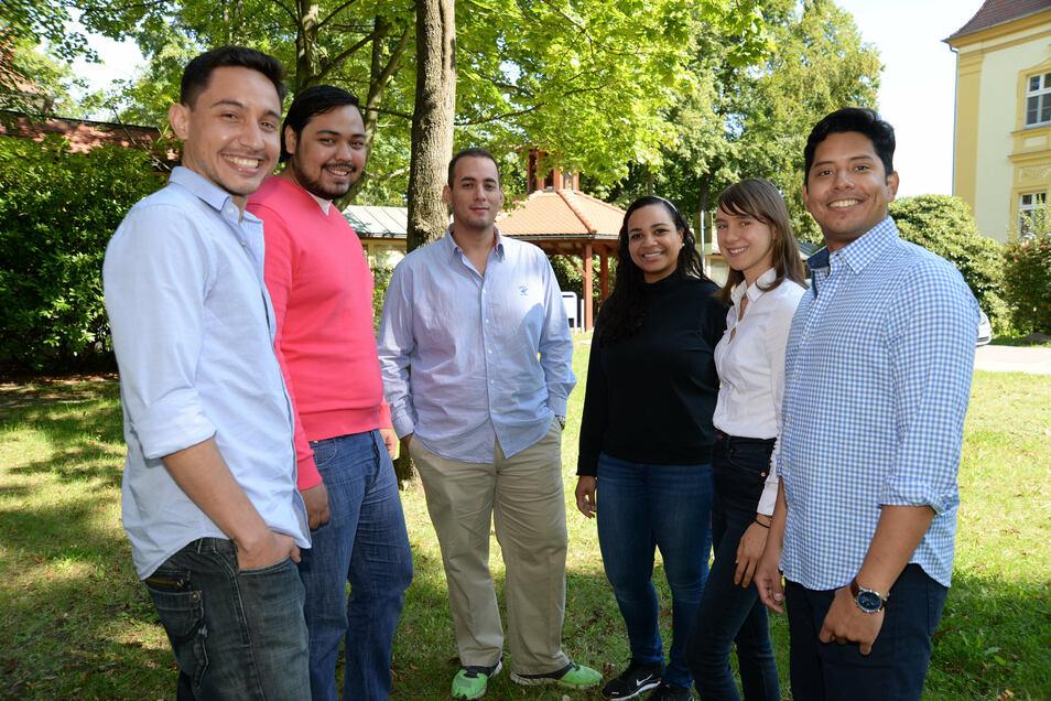 Diese fünf jungen Mediziner aus Honduras besuchen zusammen mit Medizin-Studentin Franziska Goschütz (weiße Bluse) das Emmaus-Krankenhaus Niesky. Es ist eine der medizinischen Einrichtungen im Landkreis, in der ihre Facharztausbildung erfolgen kann.