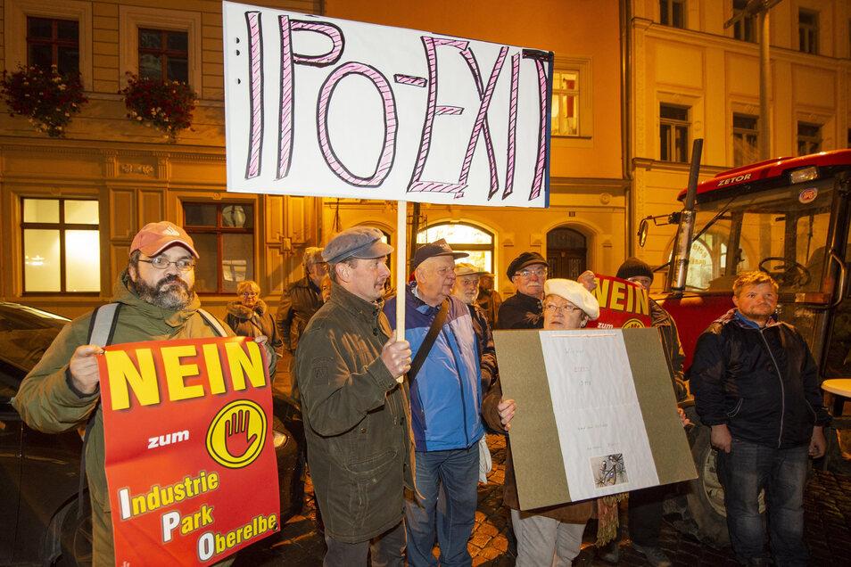 Protestierende IPO-Gegner vor dem Pirnaer Rathaus: Was hier passiert, hat mit Demokratie nichts mehr zu tun.