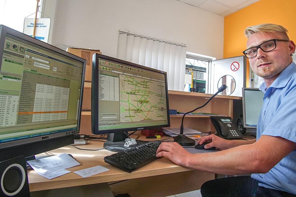 Ronny Körner koordiniert bei Regiobus in Bautzen den Einsatz der Fahrer und Busse. Der 26-Jährige aus Neusalza-Spremberg hat selbst Busfahrer gelernt.