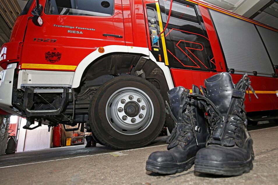 Rein in die Stiefel, raus aus den Stiefeln: In anderthalb Stunden mussten Riesas Feuerwehren am Donnerstagabend neunmal ausrücken.