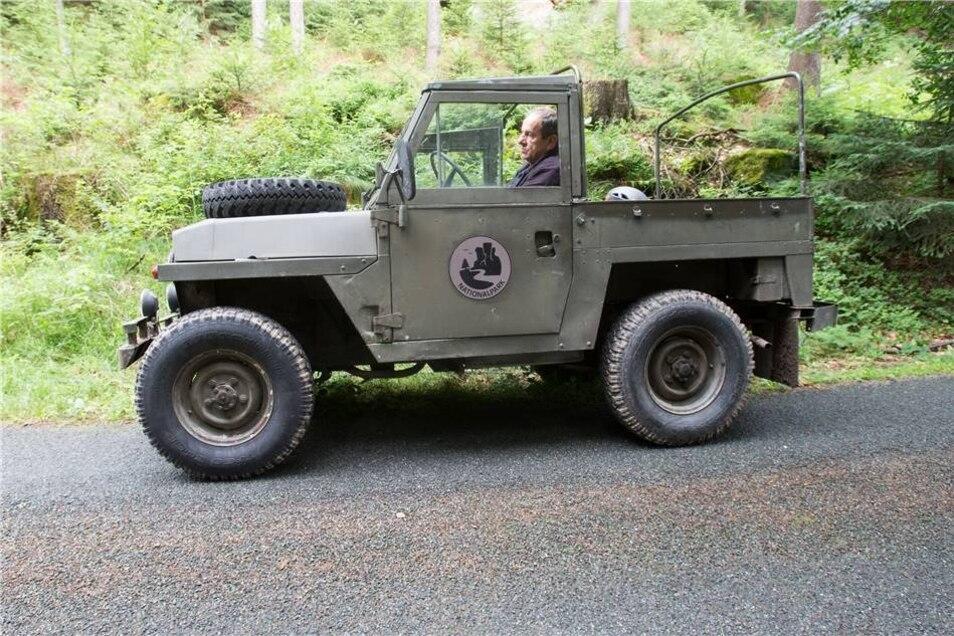Das Rangerauto wird zum Dreh in das Naturset gefahren.