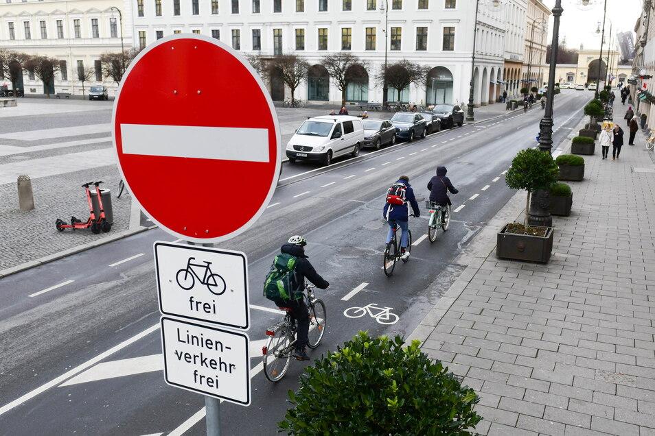 Diese Straße in München war bis vor Kurzem für Autos in beide Richtungen befahrbar, einen Radweg gab es nicht. Nun dürfen Autos nur noch in eine Richtung fahren, pro Seite gibt es einen Radweg. Pop-up-Radweg ist der Begriff für so eine Umwidmung.