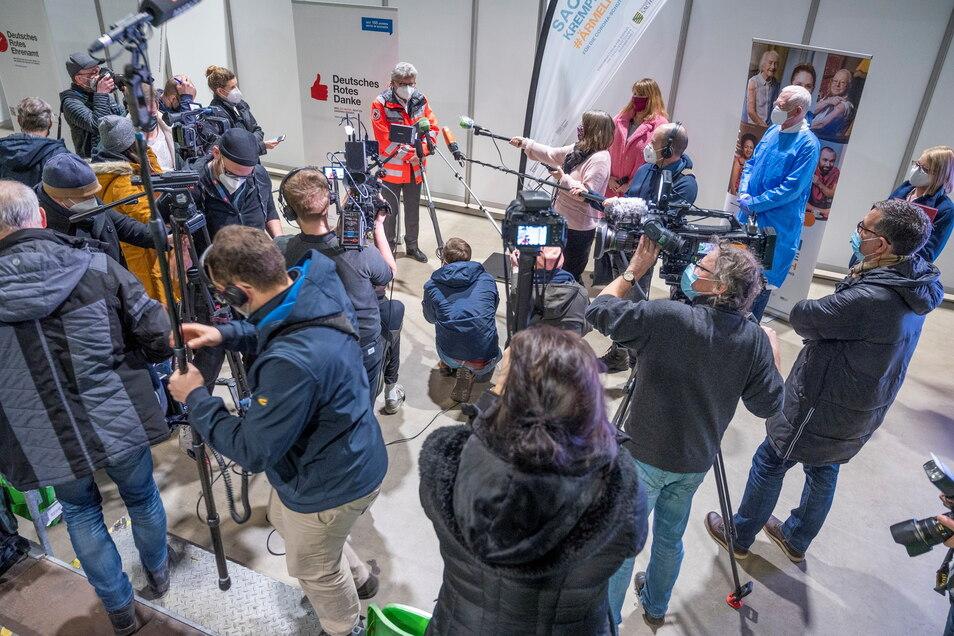 Großer Rummel zum Auftakt: Mitte Januar war das in den Wochen zuvor eingerichtete Impfzentrum an den Start gegangen. Auch Sachsens Sozialministerin Petra Köpping (SPD) war dafür nach Riesa gereist.