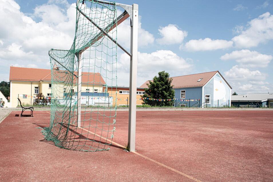 Jetzt ist der Sportplatz der Grundschule in Königsbrück trocken, aber wenn es stark regnet, bleiben Pfützen auf der Fläche stehen.