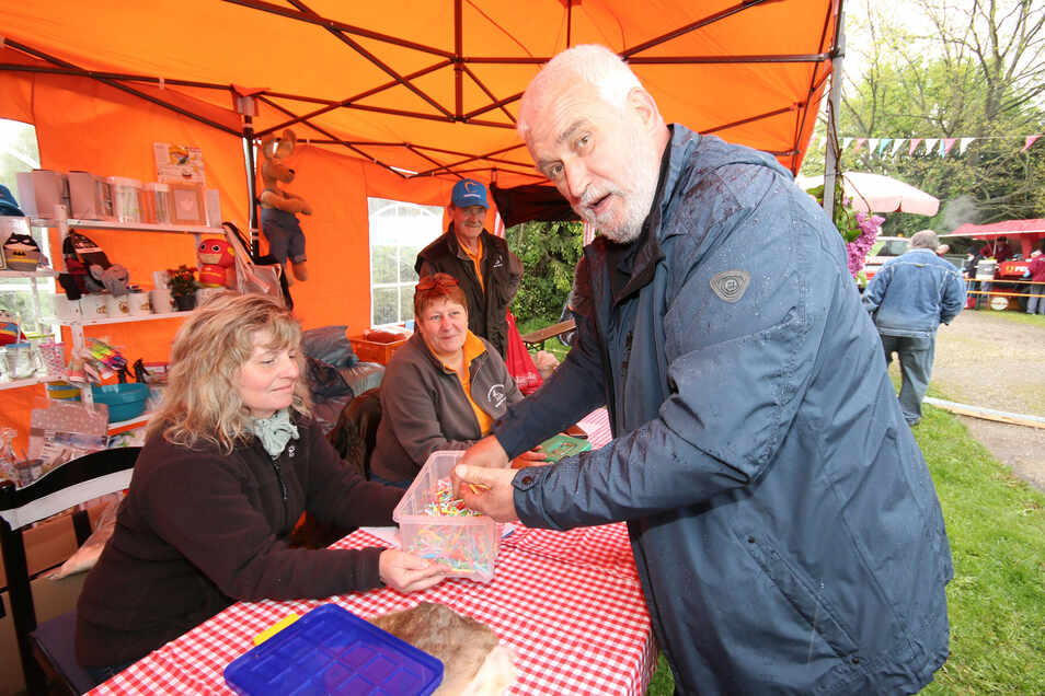 Eckhard Beuchler, Vorsitzender des Rassekaninchenzuchtvereins Döbeln, greift beim Frühlingsfest kräftig in die Loskiste und unterstützt damit das Tierheim Ostrau.