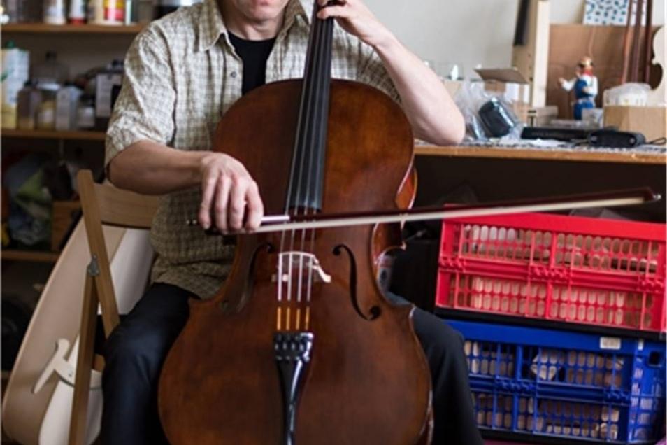 Sanft setzt Steffen Friedel den Bogen beim Streichen über die Saiten des Cellos.