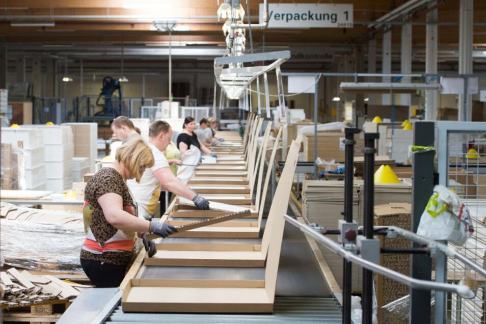 Ein Bild aus besseren Tagen: Hier liefen die Bänder im Maja-Möbelwerk in Wittichenau noch auf Hochtouren. Jetzt ist Kurzarbeit angesagt. Der Betrieb produziert vor allem im Auftrag von Ikea – und dessen Märkte haben derzeit Zwangspause.