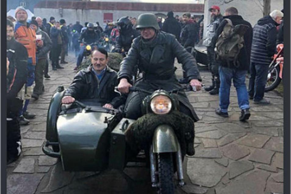 Dieses Foto mit dem Hitler-Imitator im Beiwagen sorgte beim Kurznachrichtendienst Twitter für viel Aufregung.