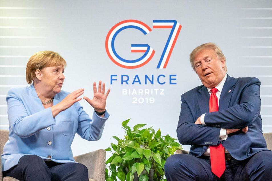 """Bundeskanzlerin Angela Merkel (CDU,l) und Donald Trump, Präsident der USA, beim G7-Gipfel 2019. Trump soll Merkel am Telefon als """"dumm"""" bezeichnet haben."""