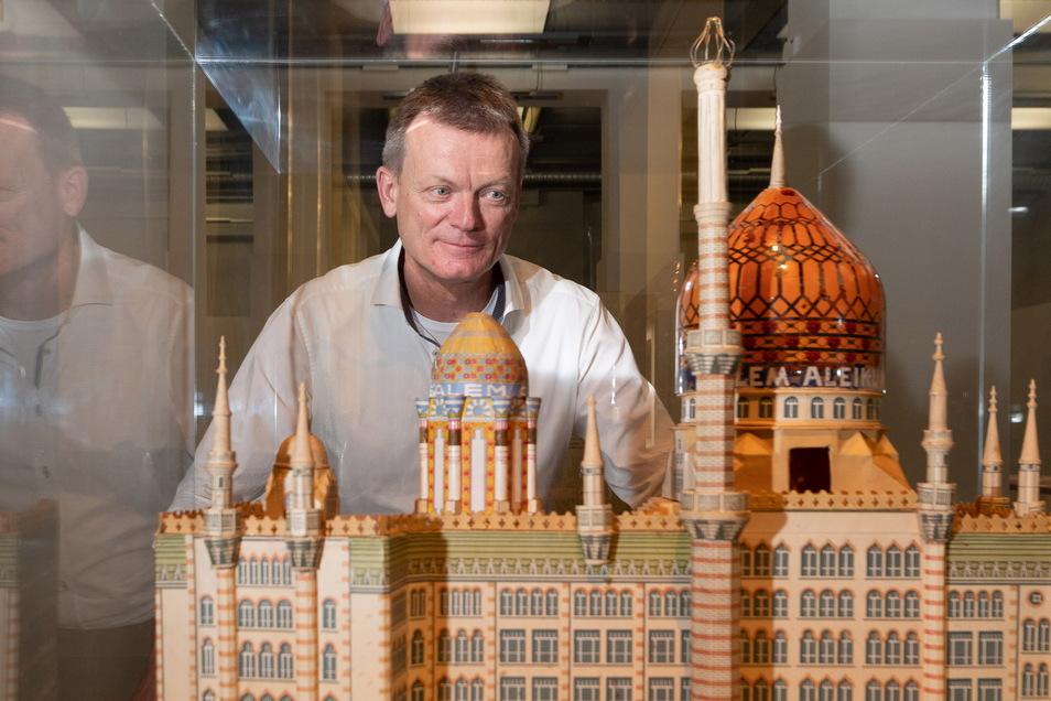 Anderthalb Jahre lang baute Kurator Holger Starke die Tabak-Ausstellung im Dresdner Stadtmuseum auf.