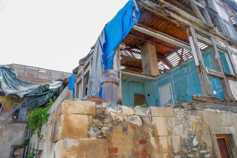 So ist das Haus nun schon seit Längerem Wind und Wetter ausgesetzt.