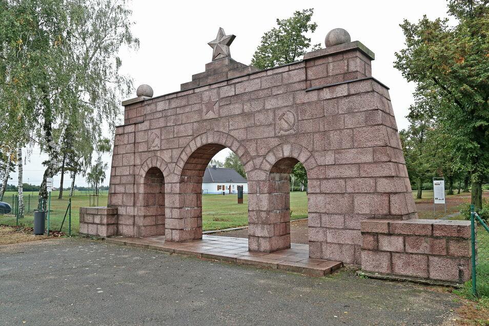 Der Eingang zur heutigen Gedenkstätte Ehrenhain Zeithain. Sie ist derzeit allerdings geschlossen.