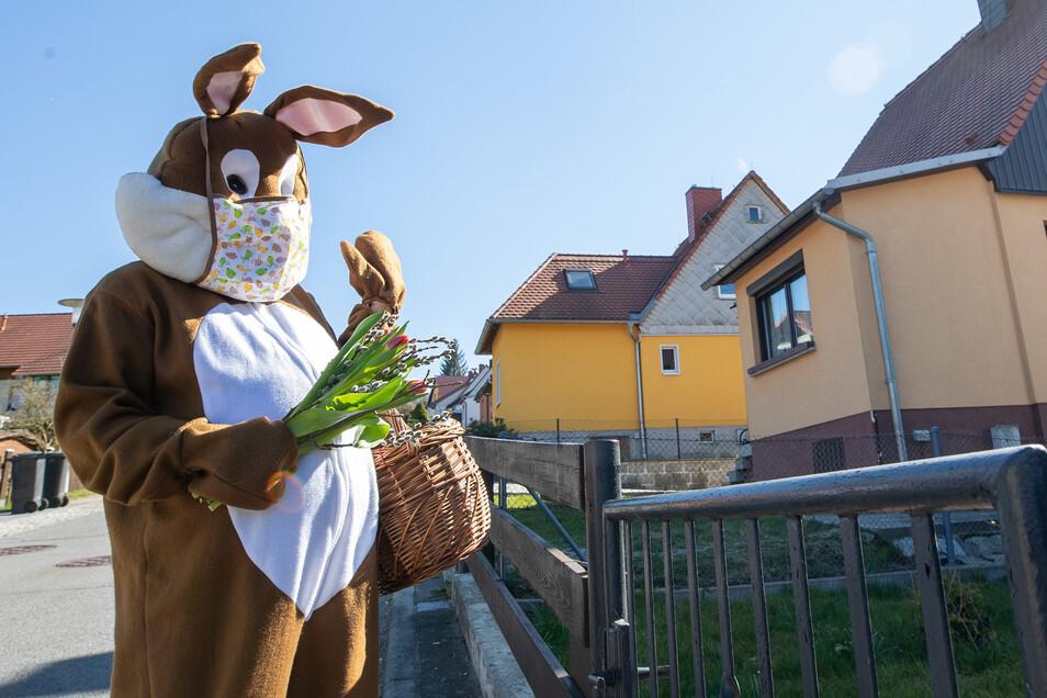 Mit Mundschutz und Geschenken: Der Osterhase der ASB-Kita Zwergenhausen in Sebnitz.