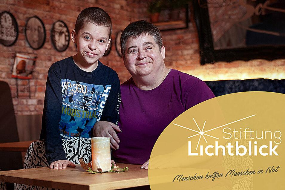 Annett Schönert (51) und ihr Sohn Fabian Phillip (10) Sie hat urplötzlich ihren Mann verloren und muss nun mit ihrem behinderten Sohn allein klarkommen. Die Stiftung Lichtblick hat ihr Geld für eine neue Couch zugesprochen.