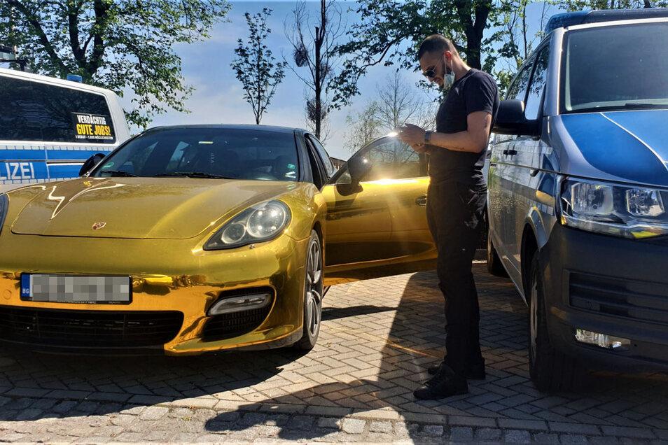 """""""Fotografieren Sie ruhig"""", sagte der 28-Jährige aus Bulgarien, während der Motor des Porsche lief. Er hatte von der Polizei Starthilfe bekommen, damit er demnächst auf einen Autotransporter aufgeladen werden kann."""