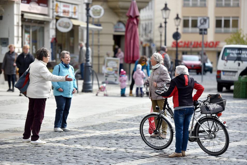 Vier Frauen plaudern im gebührenden Abstand auf dem Zittauer Markt.