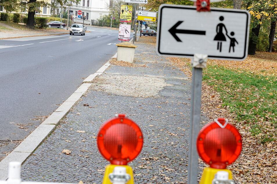 Dieser Gehweg auf der Görlitzer Blockhausstraße ist schon lange abgesperrt, weil er nicht mehr gefahrlos begehbar ist.