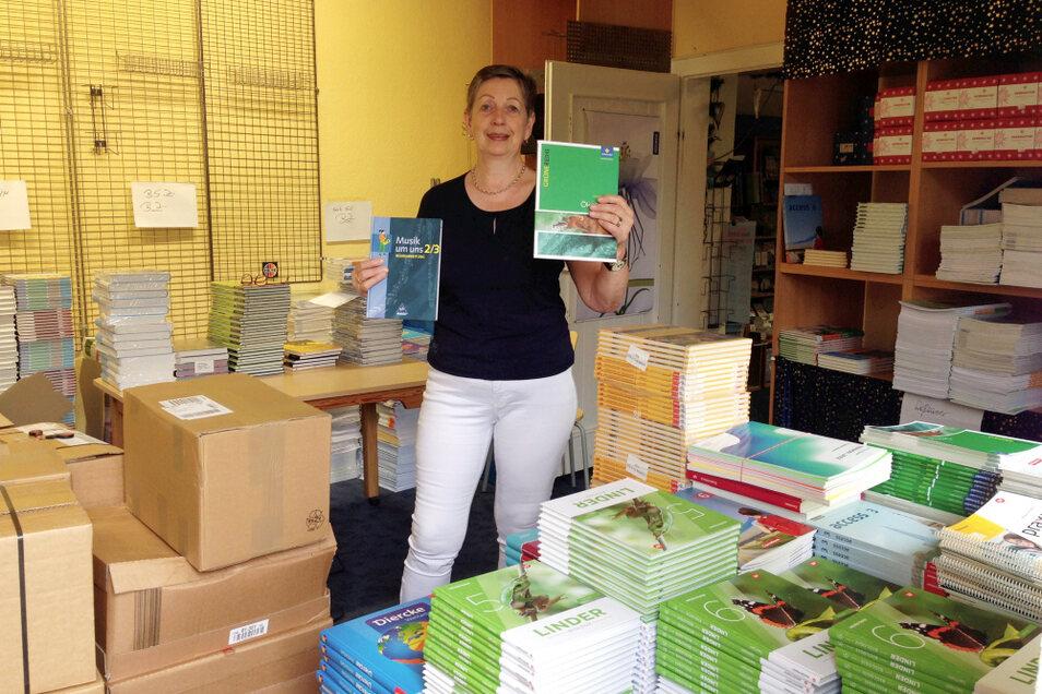 Elisabeth Sygusch hat gut zu tun, die Palettenware Schulbücher so zu ordnen, dass sie den Schulen passgenau ausgeliefert werden kann.