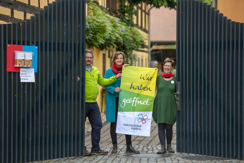 Matthias Abraham, Edna Ressel und Anja Schenkel (v.l.n.r.) öffnen die Tore zum Familienzentrum Radebeul am Dorfanger in Altkötzschenbroda wieder. Viele bewährte Angebote stehen auf dem Programm.