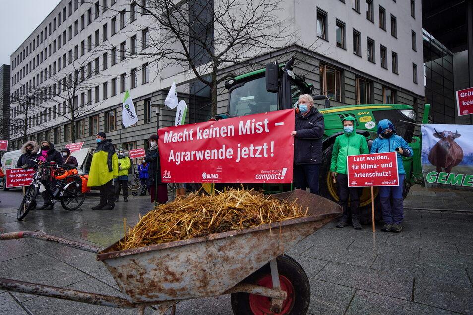 Eine Karre voll Mist und viele Forderungen haben die Demonstranten für Landwirtschaftsminister Wolfram Günther.