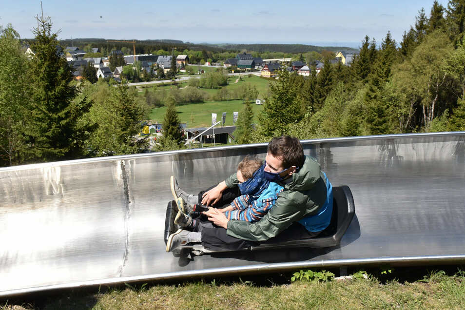 Bahne frei: Rund tausend Meter kann man auf der Sommerrodelbahn in Altenberg zu Tale rauschen. Das Tragen einer Mund-Nasen-Abdeckung wird gern gesehen, ist aber keine Pflicht.
