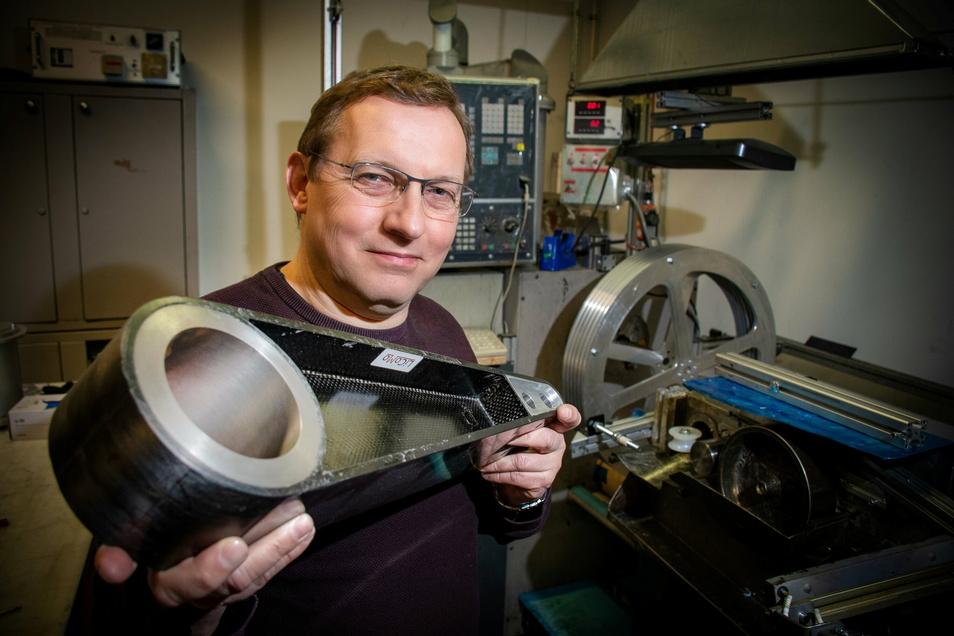Der Geschäftsführer von KVB und LiCoMo Markus Mütsch zeigt einen m Hebel aus Verbundstoff.
