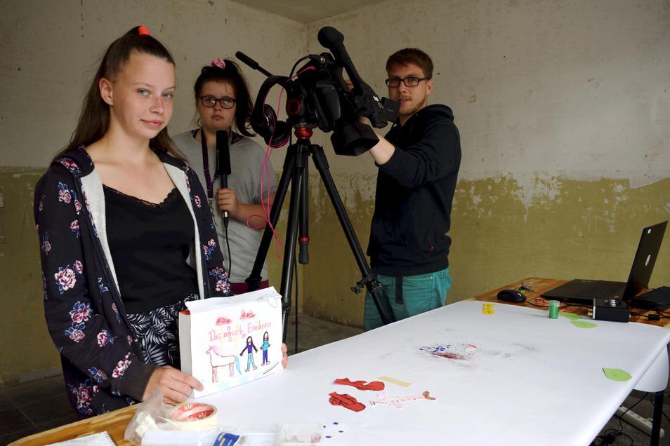 """Francis und Lara (v. l.) haben mit Unterstützung von Medienpädagoge Johannes Gersten ihren Kurzfilm mit dem Titel """"Das magische Einhorn"""" in acht Szenen aufgenommen."""