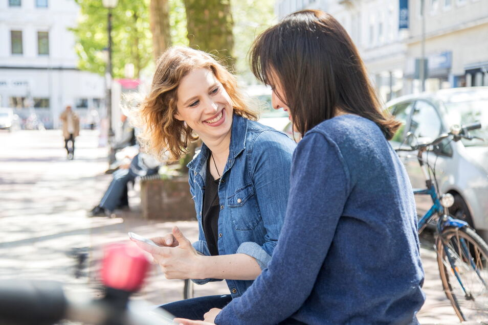 Damit aus einer losen Bekanntschaft eine feste Freundschaft wird, sollte man Interesse zeigen am anderen. Gerade in der Anfangsphase gibt es unendlich viele Fragen um einen anderen kennenzulernen.