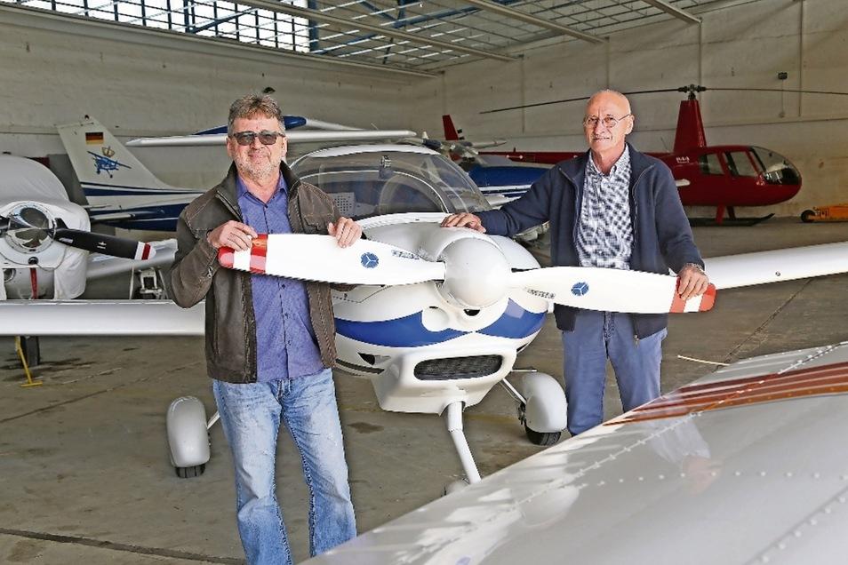 Reinhold Eger (l.) und Peter Traub leiten seit drei Jahren den Flugplatzbetrieb in Riesa-Göhlis. Mittlerweile seien die Hangars fast voll ausgelastet, sagen sie.