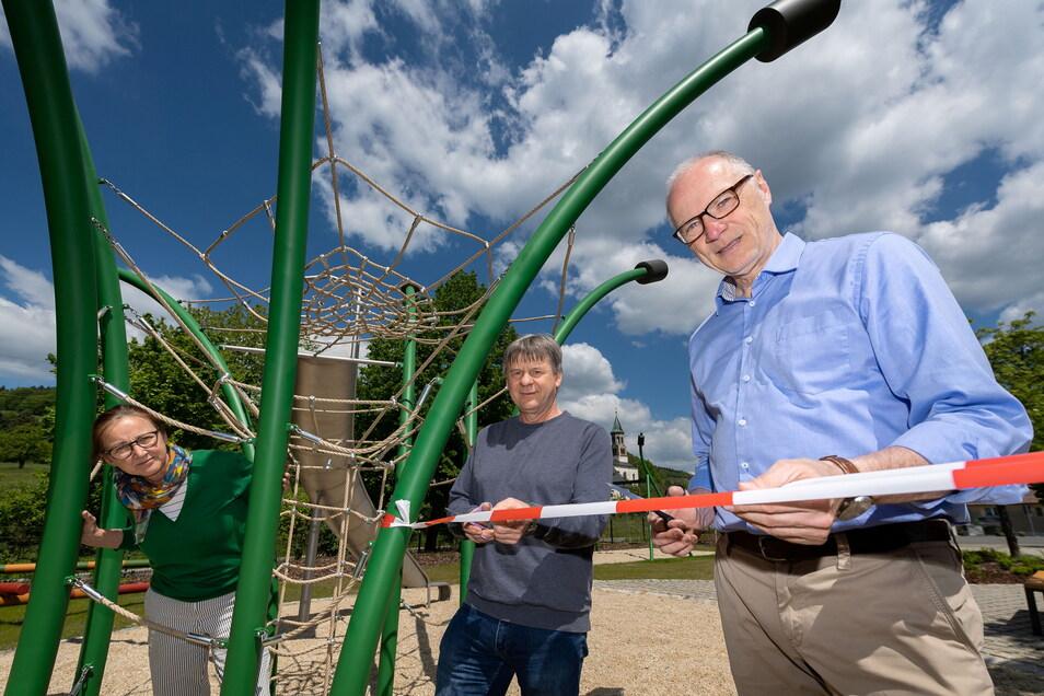 Spiel frei in Saupsdorf: Gerlinde Kaden vom Bauamt, Ortsvorsteher Steffen Heine und OB Mike Ruckh (v.l.n.r.) haben den neuen Platz eröffnet.