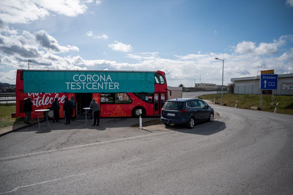 Das Corona-Testcenter im roten Görliwood-Bus auf dem Rastplatz an der Autobahn: Hier werden vor allem Pendler getestet.