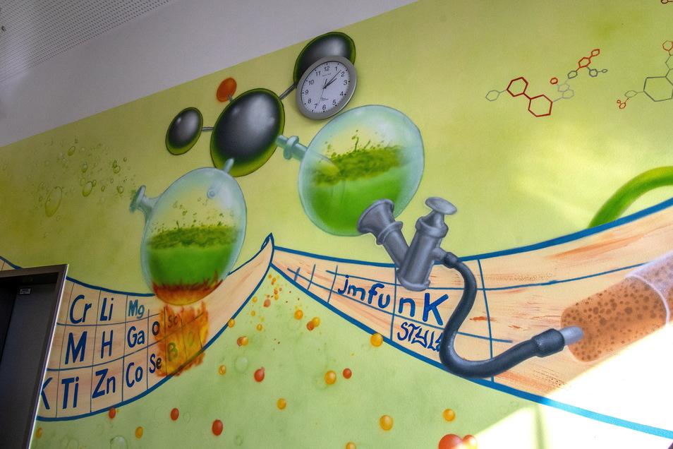 Chemische Reaktionen und das Periodensystem sind auf dem Wandbild im Chemiekabinett zu sehen.