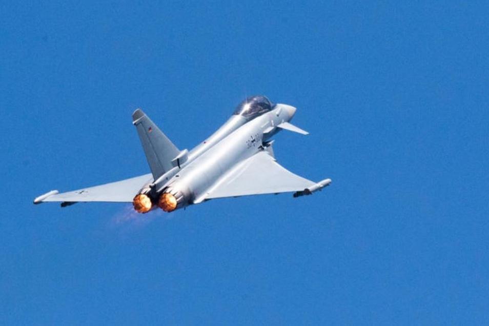 Ein Eurofighter - zwei dieser Maschinen flogen am Dienstag nördlich von Bautzen.