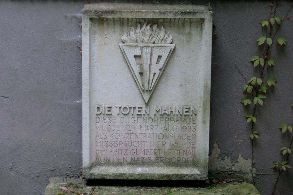 """""""Die Toten mahnen"""" - Ein Bild des Gedenksteins im Königsteiner Ortsteil Halbestadt vor seinem Diebstahl."""