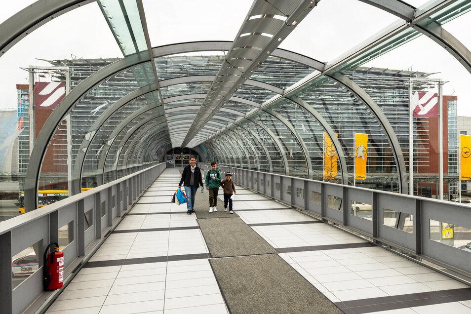 Im Übergang zwischen Parkhaus und Flughafengebäude in Dresden.