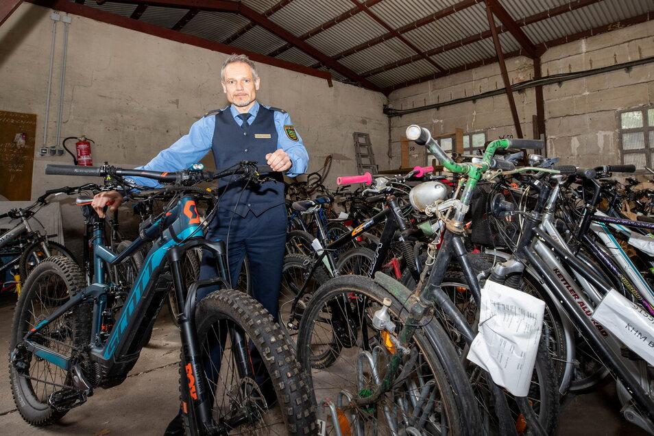 """""""Den Verfolgungsdruck hoch halten."""" Pirnas Polizeichef Candy Sommer mit sichergestellten Fahrrädern in der Asservatenkammer."""