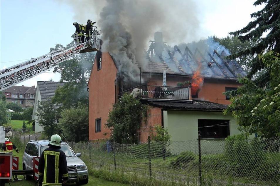 Aus bislang unbekannten Gründen brach am Sonntagnachmittag in einem Einfamilienhaus auf dem Mittelweg in Freital ein Brand aus.