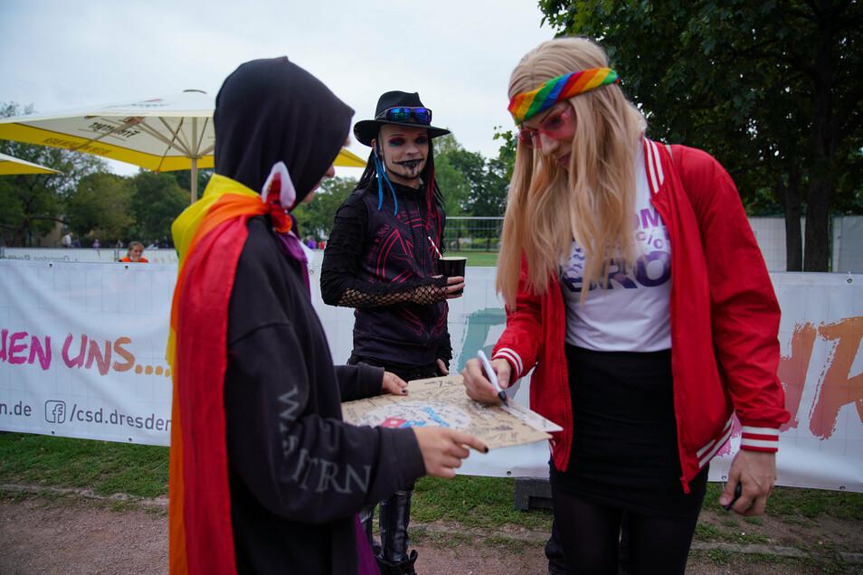 CSD-Kundgebung im Dresdner Alaunpark: Drag Queen Lara Liqueur gibt Autogramme.
