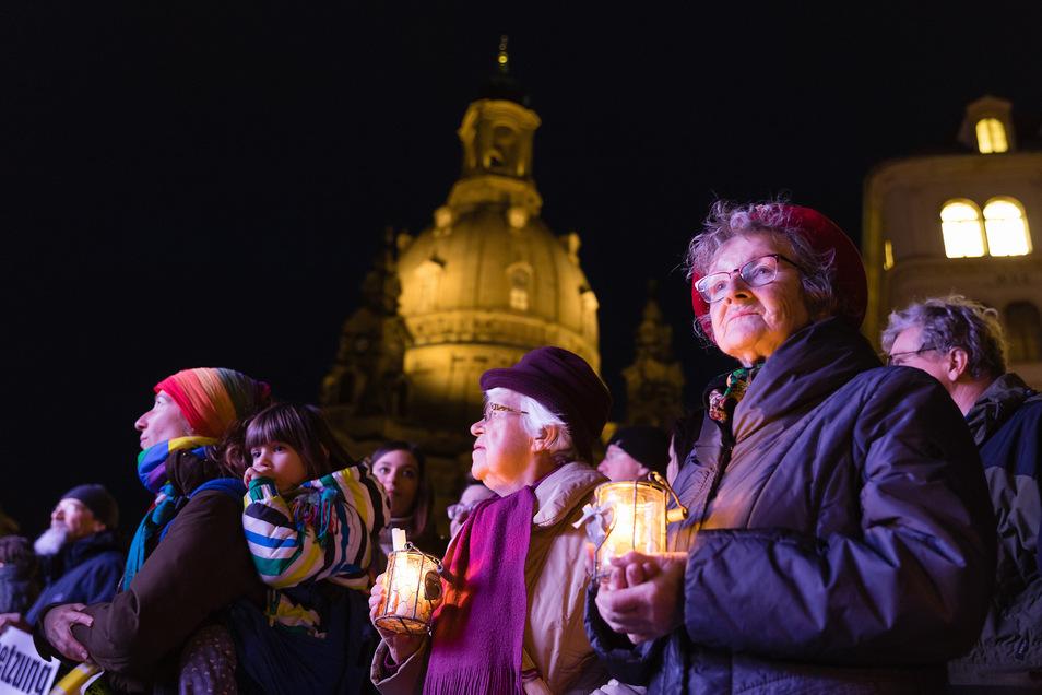 Vor den Demonstrationen fand ein Friedensgebet in der Frauenkirche statt.