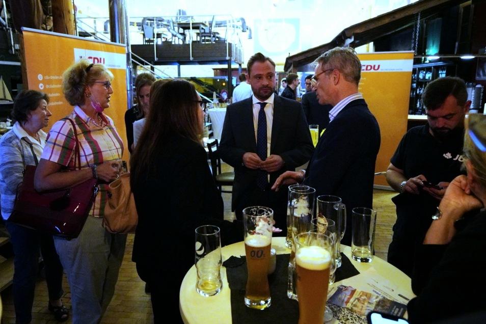 """Sachsens CDU-Generalsekretär Alexander Dierks (mittig, mit Krawatte): """"Bitterer Abend für die Union."""""""
