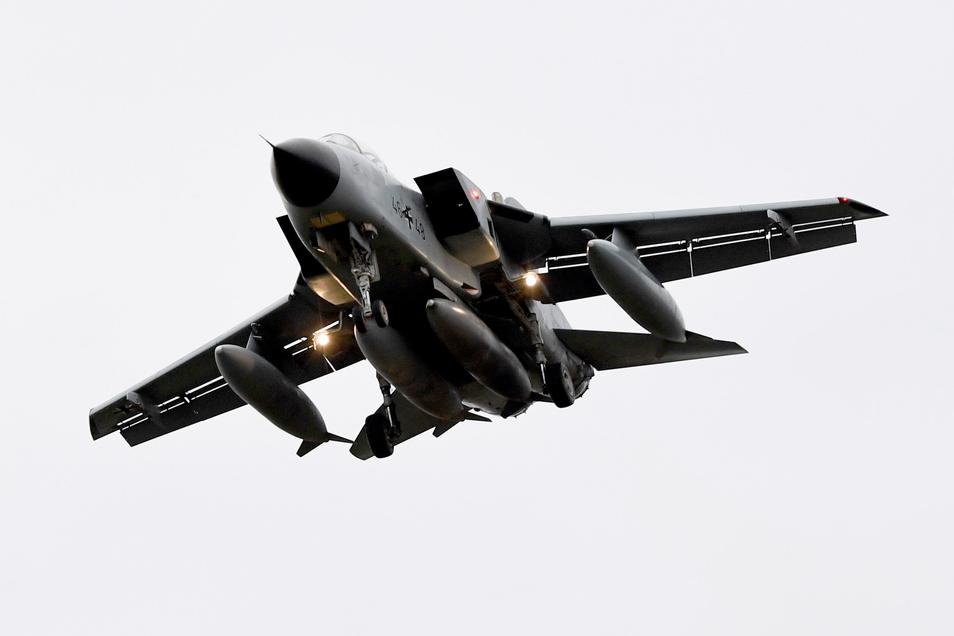 """Ein Tornado des Taktischen Luftgeschwaders 51 """"Immelmann"""" setzt auf dem Fliegerhorst Jagel zur Landung an."""