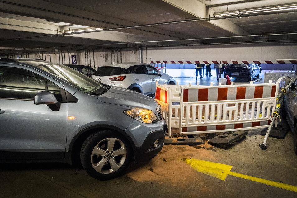 Der Wagen des mutmaßlichen Unfallverursachers (Hintergrund) schob Baustellenzäune beseite, riss Montagestützen um und beschädigte so auch weitere Fahrzeuge im Parkhaus.