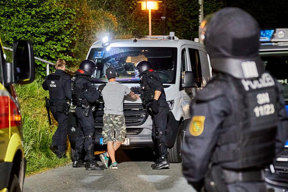 Nach einer rechten Party und Angriffen auf Polizisten am Himmelfahrtstag nahm die Beamten in Pfaffendorf 30 Personen in Gewahrsam.