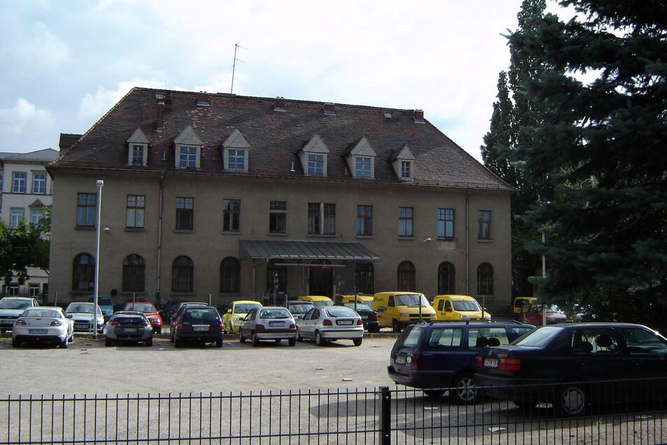 Vor der Sanierung der Alten Post in Radebeul-Ost diente der Hinterhof als Parkplatz.