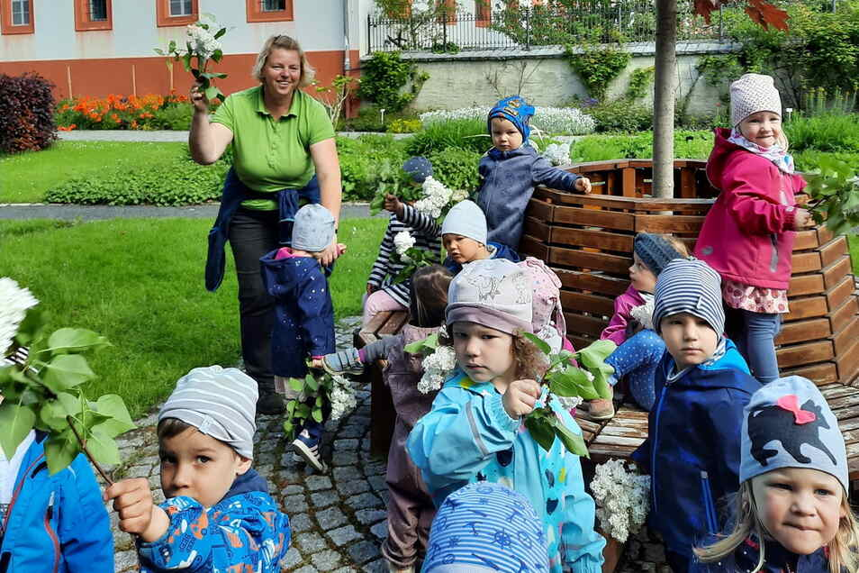 Die Kinder der Kita Panschwitz-Kuckau haben den Klostergarten schon mal besucht und sich von der Verantwortlichen des Gartens Antje Meiser (hinten) viel zeigen lassen.