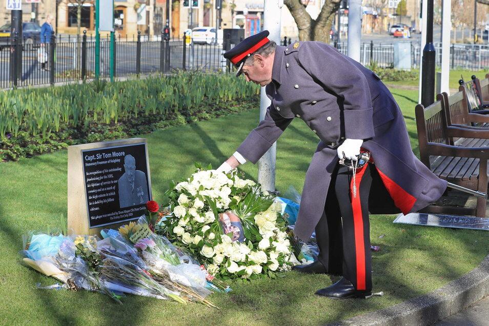 David Pearson, Deputy Lieutenant für West Yorkshire, legt am Tag der Beerdigung von Kapitän Sir Thomas Moore (Captain Tom) einen Kranz aus 200 weißen Rosen an dessen Gedenktafel nieder.