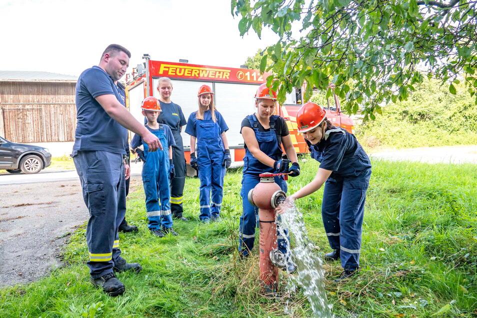 Die Mädchen und Jungen der Mockritzer Jugendwehr beteiligten sich an der 48-Stunden-Aktion und kontrollierten die Hydranten im Gemeindegebiet.