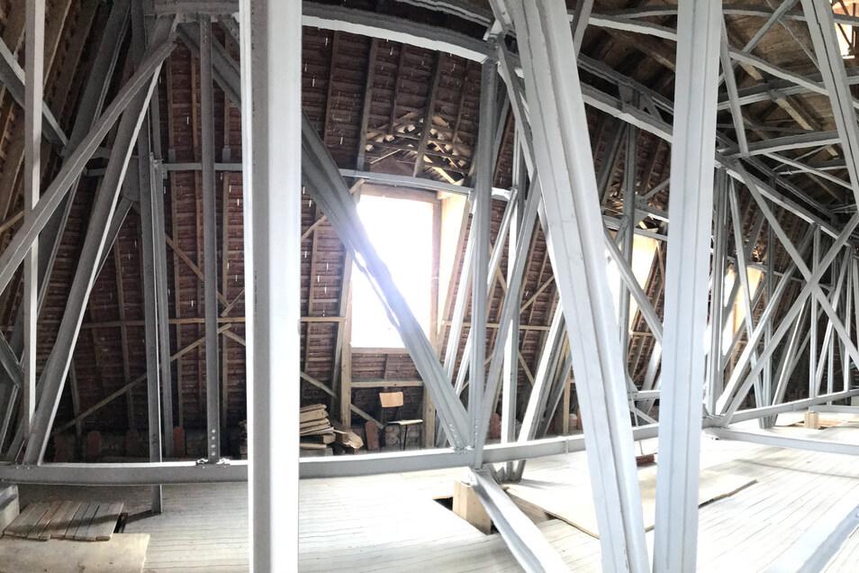An dieser speziellen Gerüstkonstruktion auf dem Dachboden des Herrnhuter Kirchensaals sind die Gerüste befestigt.